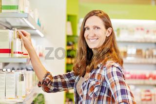 Attraktive Frau kauft Kosmetika im Supermarkt