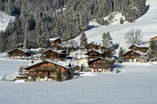 Schweizer Chalets in einer Winterlandschaft im Saanenland