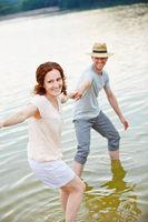 Lachendes Paar im See im Sommer