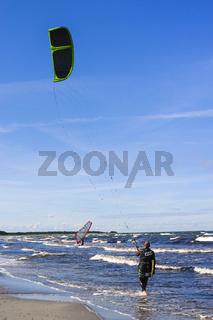 Kitesurfer am Strand, Ostseebad Prerow, Mecklenburg-Vorpommern, Deutschland