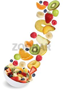 Fliegender Frucht Salat mit Früchte wie Orange, Apfel, Banane und Erdbeere