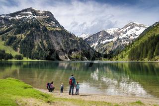 Familie am Vilsalpsee, Tannheimer Tal, Österreich