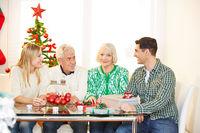 Familie mit Senioren feiert Weihnachten