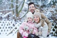 Glückliche Familie zusammen im Schnee