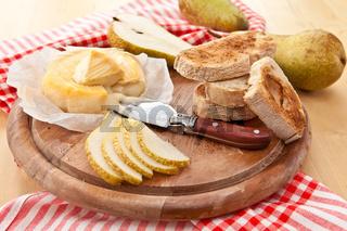 Kaese, Brot und frische Birnen