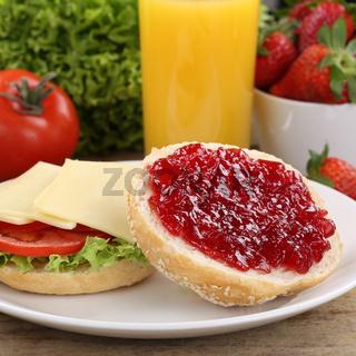Gesundes Frühstück mit belegten Brötchen und Orangensaft