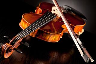 Violine mit Bogen vor dunklem Hintergrund