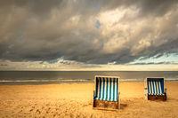 Strandkörbe unter dräuendem Himmel am Strand