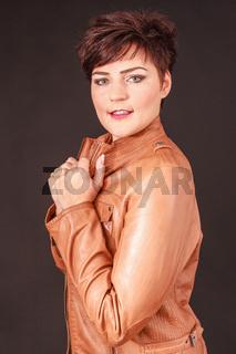 Schöne feschen jungen Frau in eine Lederjacke