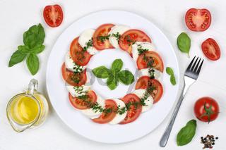 Zutaten für Caprese Salat mit Tomaten, Basilikum und Mozzarella von oben