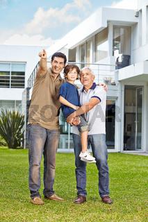 Familie schaut in die Zukunft