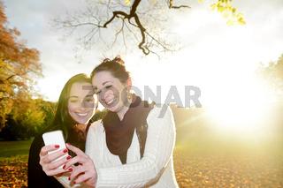 Freundinnen mit smartphone