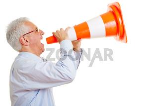 Alter Mann schreit in Sprachrohr