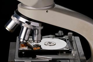 Festplatte unter einem Mikroskop