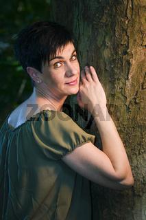 schöne Frau am Baum