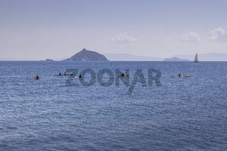 Kanufahrer vor einer Insel bei Cavo, Elba, Toskana