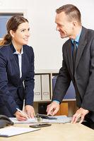 Berater planen Finanzierung für Geldanlage