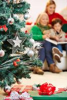 Weihnachtsbaum mit Geschenken zu Weihnachten