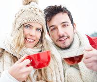 Frau und Mann trinken Tee im Winter