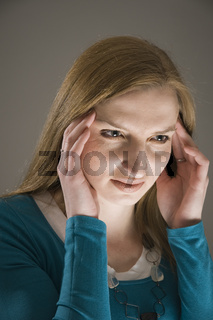 Frau mit Migräne seitlich