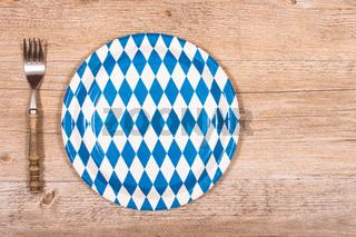Gabel mit Teller auf einem Tisch aus Holz