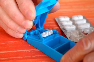mit Tablettenteiler wird Tablette geteilt