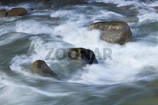 Wildwasser fliesst über Steine, Tirol