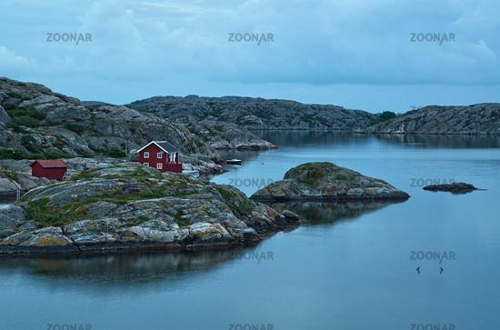 Einsames Haus an der schwedischen Küste