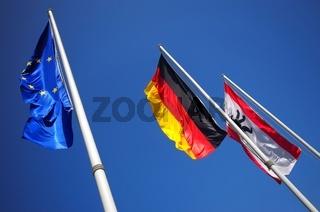 Fahnen der EU von Deutschland und Berlin