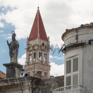 Trogir in Kroatien: Laurentius Kathedrale und Statue von Giovanni Orsini