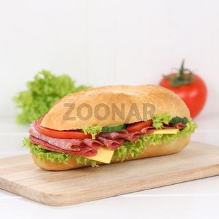 Gesunde Ernährung Sandwich Baguette zum Frühstück belegt mit Salami Schinken