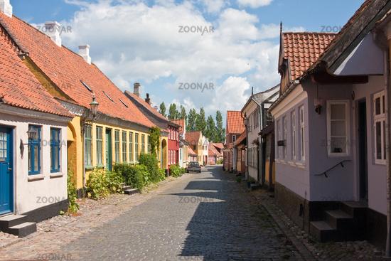 Straße in Ärösköbing mit alten bunten Häusern auf der dänischen Insel Ärö