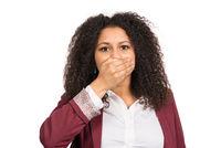 Frau hält ihre Hand vor den Mund