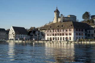 Blick über den Rhein zur Altstadt von Schaffhausen mit der Festungsanlage Munot
