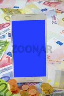 Weißes Smartphone mit leerem Display auf Euro Geldscheinen