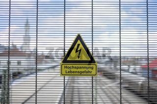 Warnschild für Hochspannung und Lebensgefahr