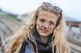 Portrait einer jungen  Frau am Bahnhof