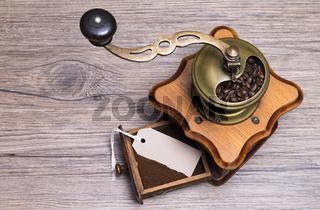 Kaffeemühle auf Holztisch