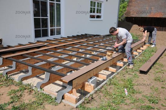Holzterrasse Bauen foto holzterrasse bauen, building a wooden deck bild #8151225