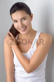 Hübsche Frau lacht in die Kamera
