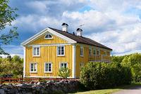 Altes gelbes Holzhaus in traditioneller Bauweise in Schweden