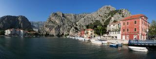 Panorama der Stadt Omis in Kroatien