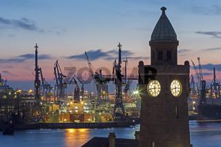 Glasenturm der St. Pauli Landungsbruecken und Tanker im Trockendock von Blohm und Voss in Hamburg, Deutschland, Europa