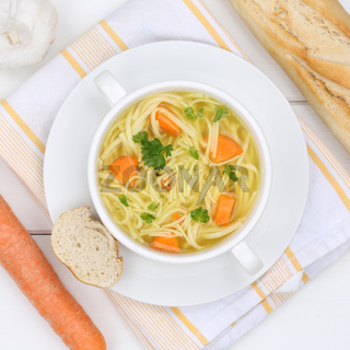Nudelsuppe Suppe Brühe in Suppentasse von oben gesunde Ernährung