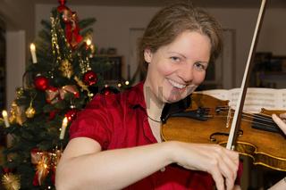 Frau spielt Geige, Woman is playing violin