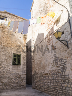 Gasse in der Altstadt von Trogir, Kroatien