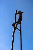 Skulptur auf Stelzen