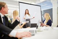 Frau im Meeting hält einen Vortrag