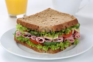 Sandwich Toast zum Frühstück belegt mit Schinken und Saft