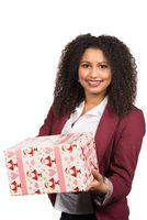 Frau hält ein Weihnachtsgeschenk
